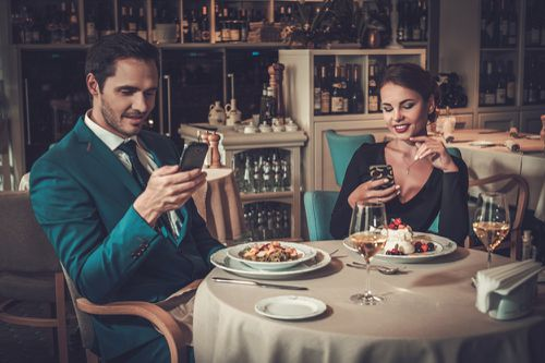 Differences between Traditional Dating Services and Modern Dating Apps