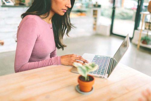 Dicen los expertos que los contactos con mujeres se consiguen online, no en la discoteca